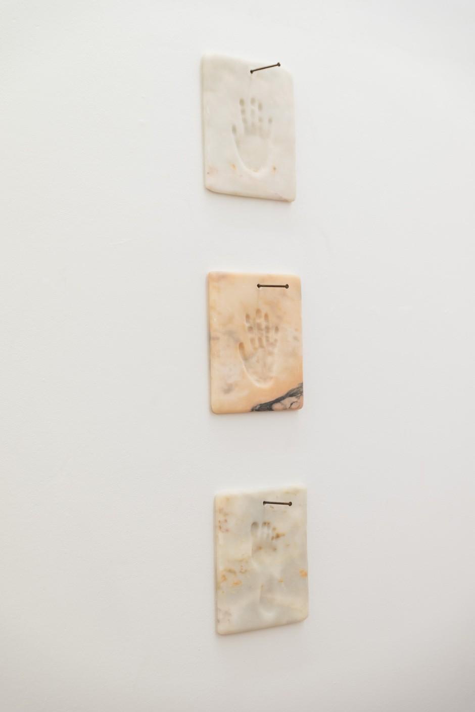 Quelqu'un, 2019, marble plates, 33 x 30 cm (each) - Werther Gasperini